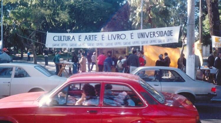 Atividade realizada pelos professores grevistas  na Feira do Livro em 1991.