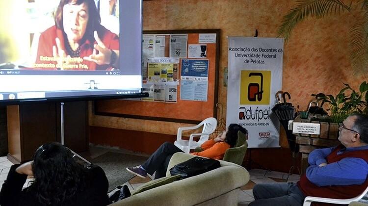 Cine-debate na sede da ADUFPel em 2014.