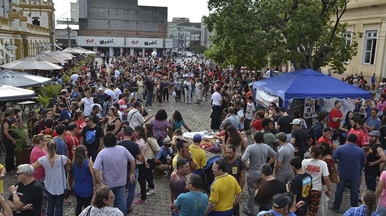 Mobilização no largo do Mercado Central contra a reforma em 2016.
