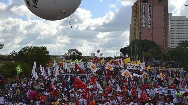 Ocupa Brasilia: mais de 150 mil pessoas contra a PEC da Morte em 2016.