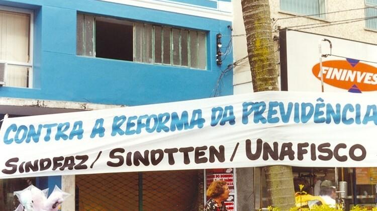Panfletagem contra a reforma da previdência em 2005.